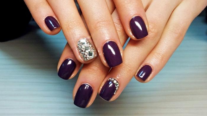 couleur ongle tendance 2018 avec vernis de base violet et décoration sur l'annulaire à design cristaux