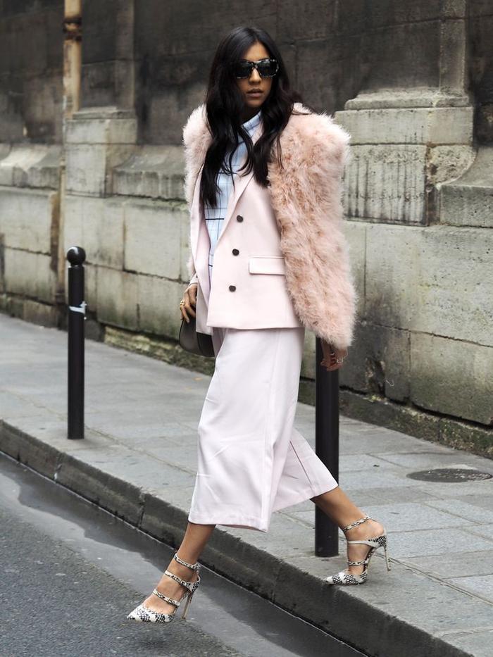 tenue classe femme aux formes fluides, tailleur chic pantalon culotte et veste large en rose poudré