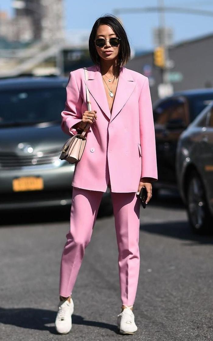 1e24d47d03d0 ... look de caractère en tailleur pantalon femme de coupe garçonne ample et  de couleur rose quartz ...