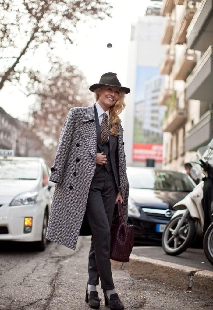 comment porter le smoking femme pour adopter un look de caractère, un tailleur de trois pièces femme avec cravate porté dessus avec un manteau de tweed long