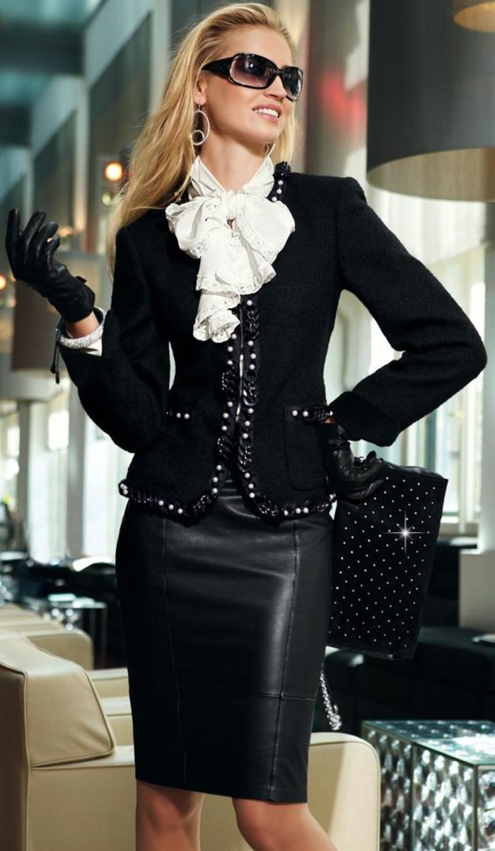 veste noire Chanel avec des ourlets en satin noir et des pierres noires synthétiques haut chic bas choc, jupe moulante en cuir noir