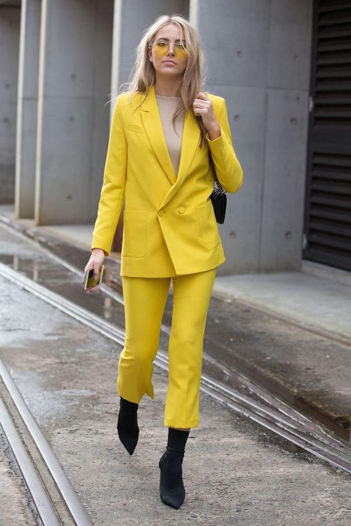 tailleur femme jaune canari avec une veste chic à boutonnage croisé dessus un top couleur nude et pantalon longueur 7/8