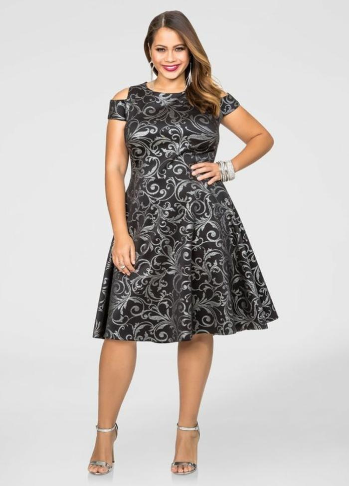 idée pour un look de soirée, robe longue femme ronde, avec jupe évasée, doubles manches, motifs arabesques en nuances argentées, col rond