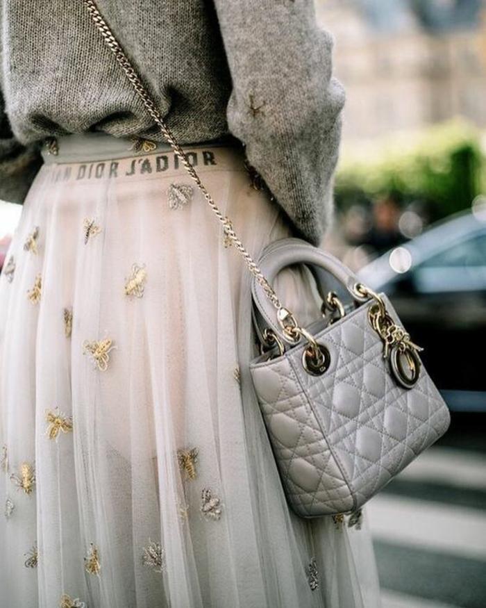 jupe longue en tulle rose, type ballerine, thème chic et choc, pull en gris, micro sac de Chanel en gris perle, effets de matelassé, porté en bandoulière