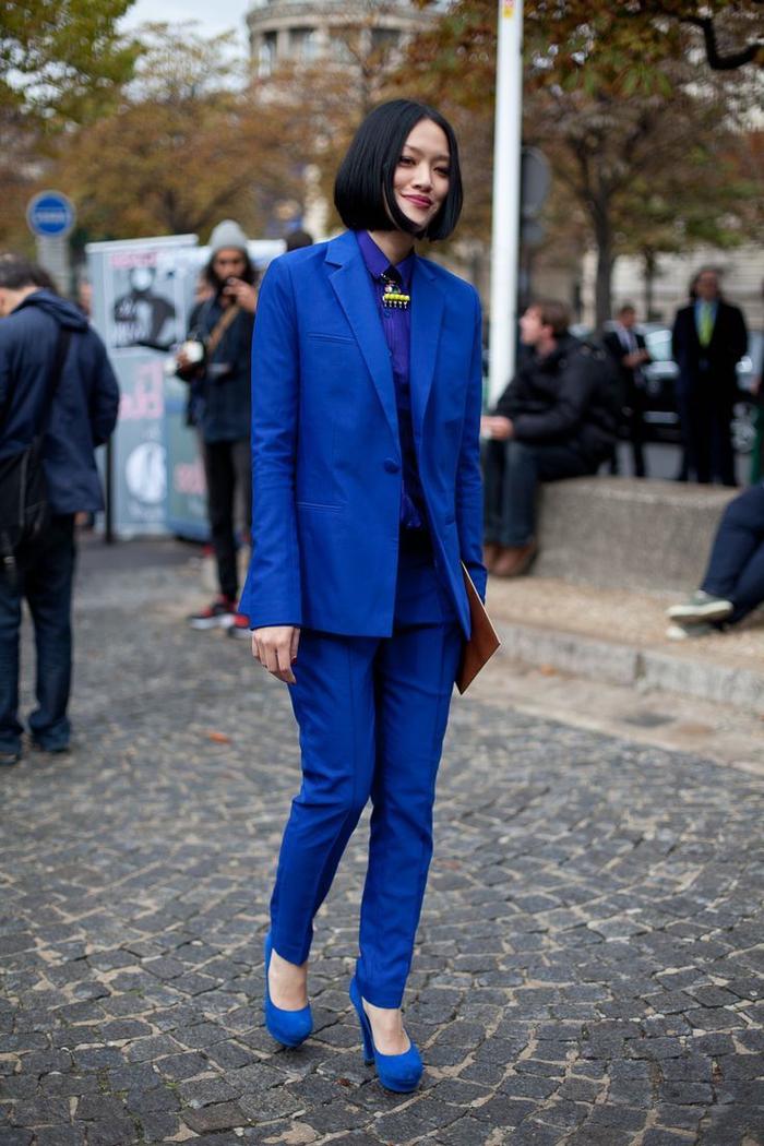 vision chic monochrome avec un ensemble tailleur pantalon femme en bleu électrique