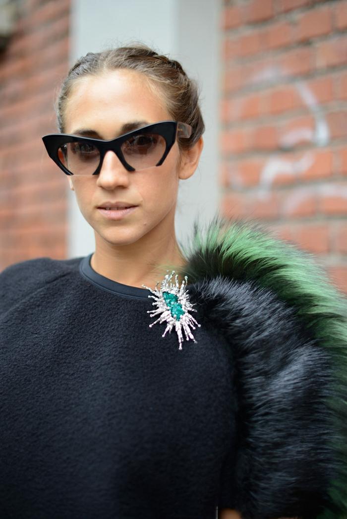 grandes montures de lunettes rétro noires, soirée chic, détail choc, broche massive en argent avec pierre bleue aux bords irréguliers