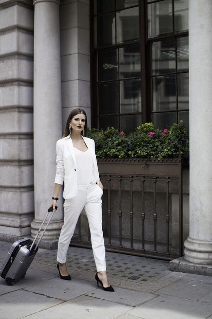 look monochrome chic en blanc, tailleur pantalon femme de coupe simple et épurée associé avec des escarpins noirs et des boucles d'oreilles longues