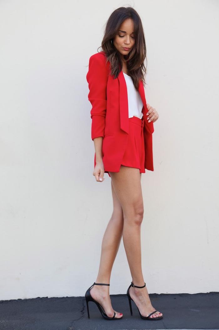 look professionnel et confortable pour l'été en ensemble tailleur pantalon femme de couleur rouge, mini shorts et blazer assorti combinés avec un top léger