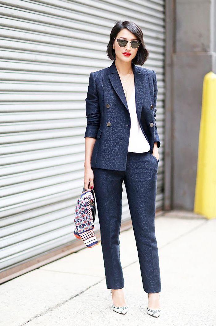 vision élégante en tailleur pantalon femme en imprimé animal discret et en couleur bleu foncé combiné avec un simple top blanc et des escarpins à bout pointu