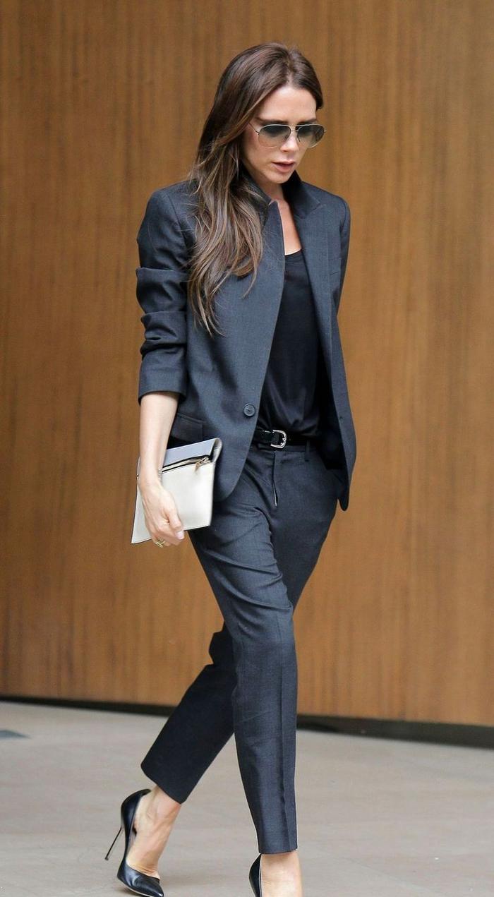 un look de working girl en costume femme de coupe garçonne porté dé façon chic avec de escarpins noirs