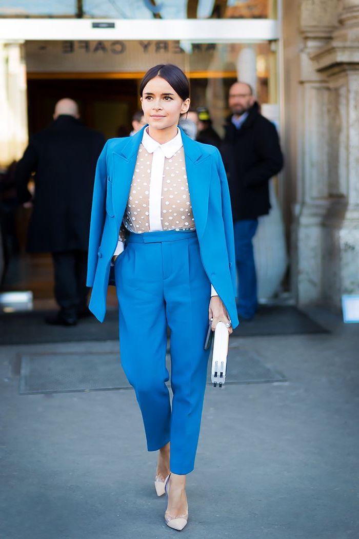 vision chic en pantalon femme taille haute chic couleur bleu turquoise et veste assortie combinés avec une chemise blanche en voile