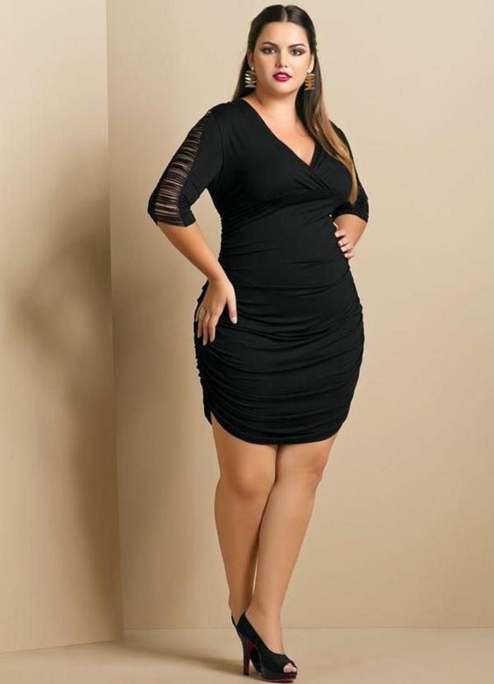 tenue noire pour look classe, grands événements et cérémonies, robe amincissante avec des effets drapés des deux côtés, sur les cuisses, manches-3-4-avec des effets de déchiré semi-transparents