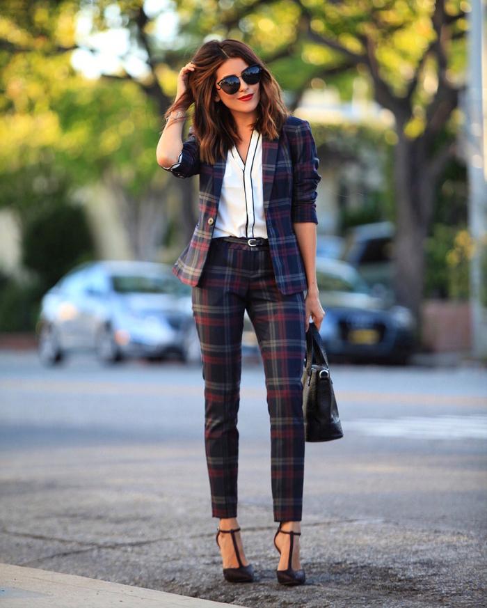 un modèle de tailleur femme de coupe ajustée qui se porte aussi bien au bureau qu'en ville le week end, tailleur à carreaux combiné avec une chemise blanche avec bordure noire