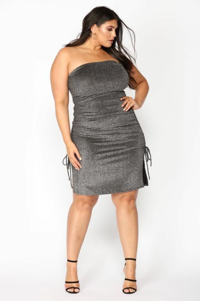 modèle en gris métallique, robe pour ronde avec du ventre avec bustier, comment s habiller quand on est ronde, longueur mi-genoux avec des ficelles sur les fentes de côté, sandales noires avec des lacets hyper fins