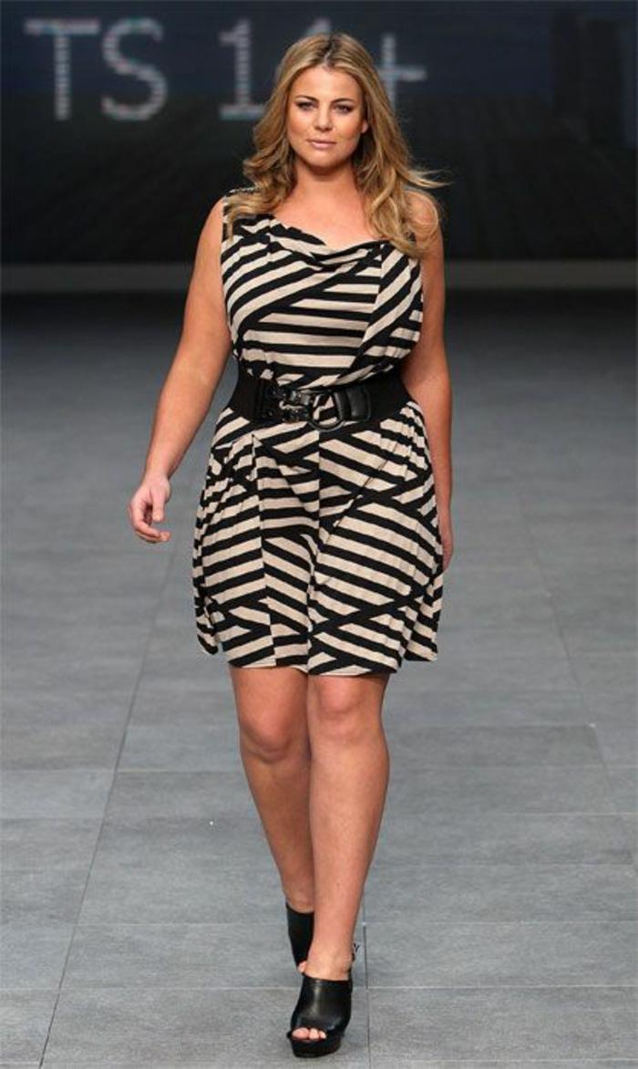 vetement pour femme ronde, comment s habiller quand on est ronde, décolleté grec, longueur mini, sans manches, ceinture noire large, motifs graphiques en noir et beige