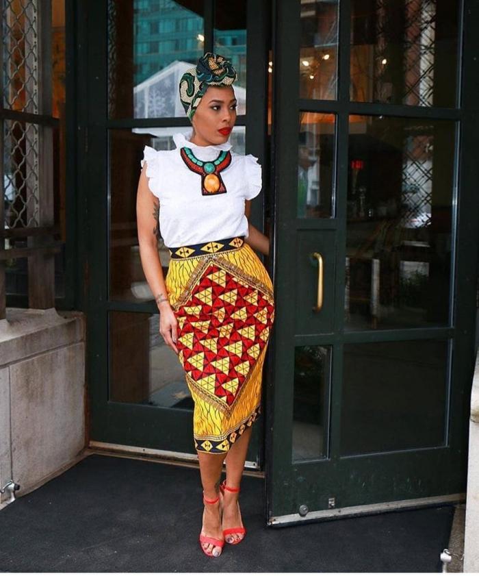 exemple comment bien s'habiller en style africain, tenue femme en jupe longue et blouse manches courtes aux motifs ethniques