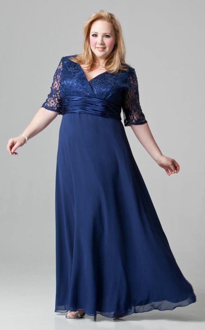 robe ceremonie femme ronde en bleu marine ave taille haute en ceinture satin bleu marine, manches 3-4 en dentelle bleu marine, grand décolleté en V