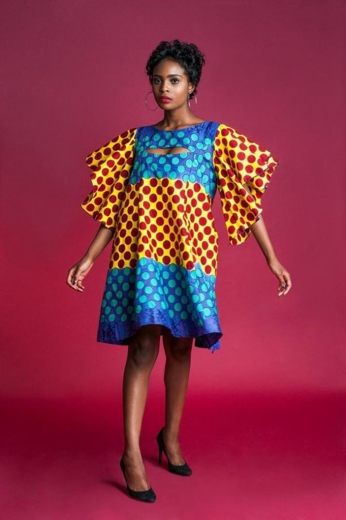 vetement africain pour femme, modèle de robe courte à design large avec manches, idée robe en pagne wax bleu et jaune
