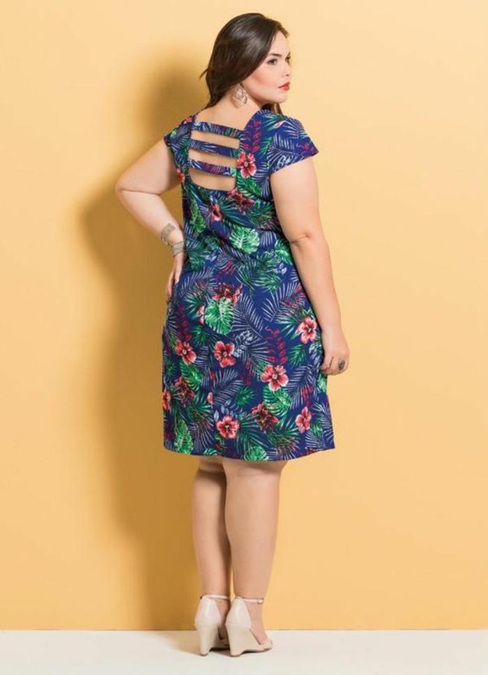 robe pour femme ronde elegante en bleu et vert, jupe évasée, longueur mi-genoux, dos nu, avec trois bandes de tissu, manches courtes, sandales beiges avec plate-forme