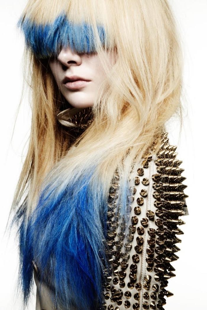 coloration tie and dye, ombré sur cheveux blonds avec pointes colorées en bleu foncé, coupe de cheveux avec frange droite
