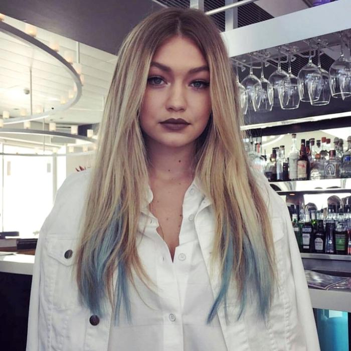coiffure de Gigi Hadid avec racines châtain foncé et pointes colorées en bleu clair pastel