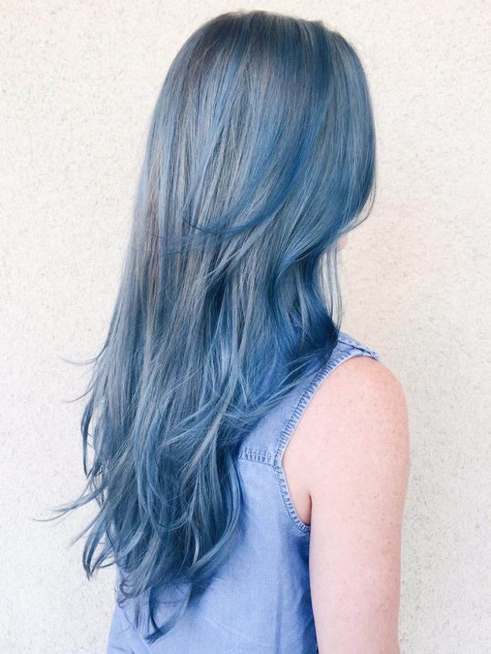coloration grise avec mèches bleu foncé sur cheveux longs et raids de base châtain foncé
