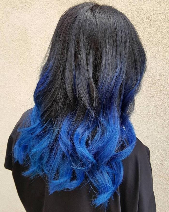 tye and dye sur cheveux longs de base noire avec la technique ombré, idée coloration tendance femme