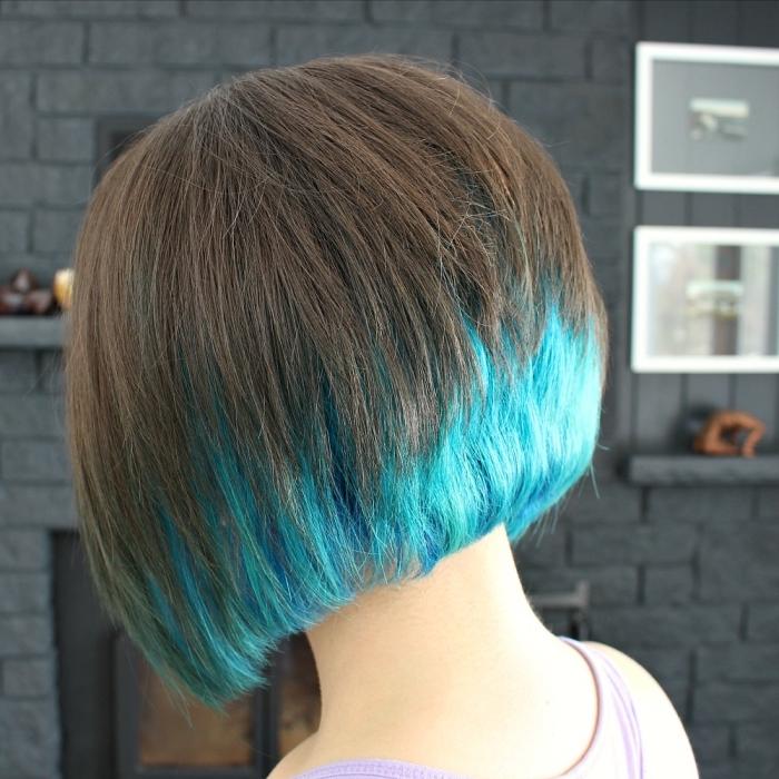 coupe de cheveux courts femme, coloration tendance avec pointes bleu turquoise sur base châtain clair