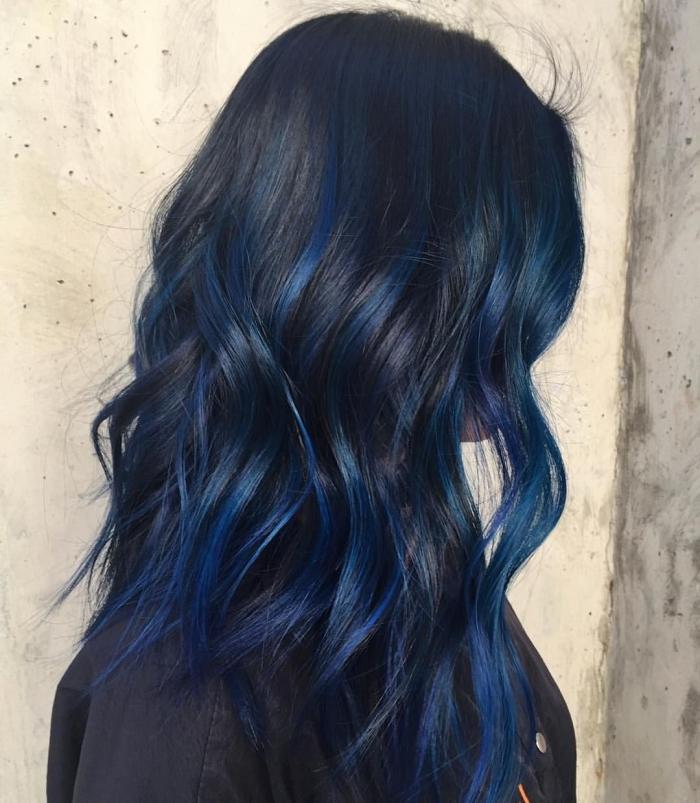 coloration avec mèches bleu foncé sur cheveux noirs, coiffure de cheveux longs avec boucles naturelles