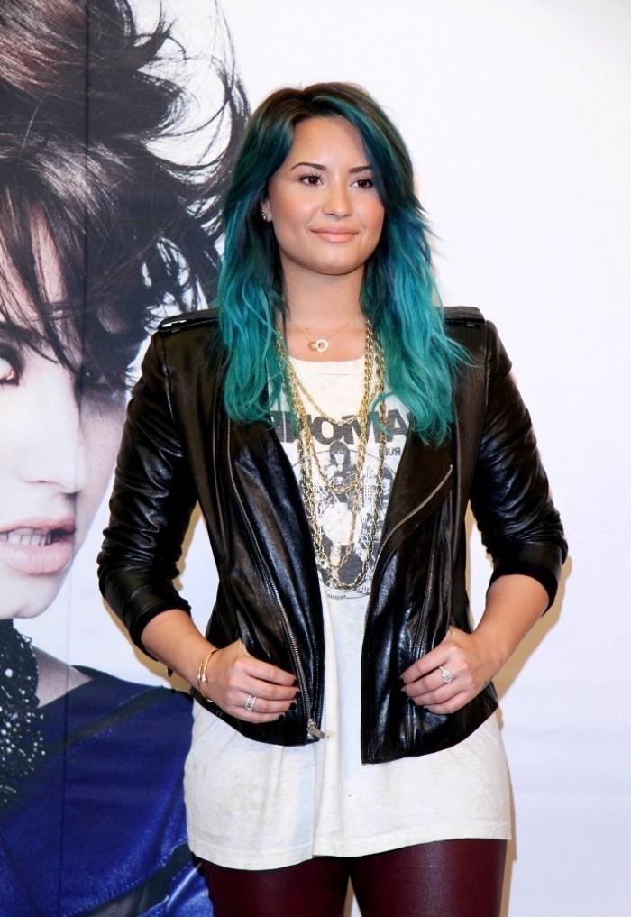 coiffure célébrité de Demi Lovato aux cheveux longs de base marron avec coloration bleu turquoise pastel