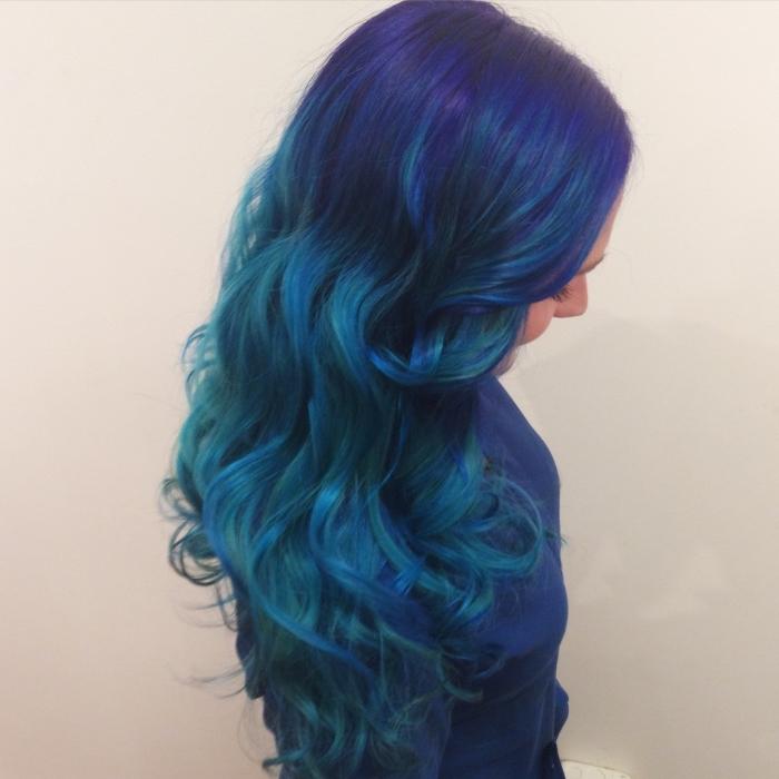 coloration bleu et vert sur cheveux noirs, coiffure de cheveux longs avec boucles et mèches colorées