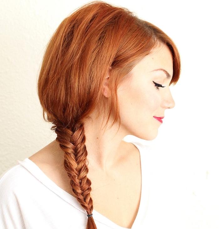comment faire une tresse épi de blé sur des cheveux roux en dégradé finissant avec une tresse, volume sur le dessus