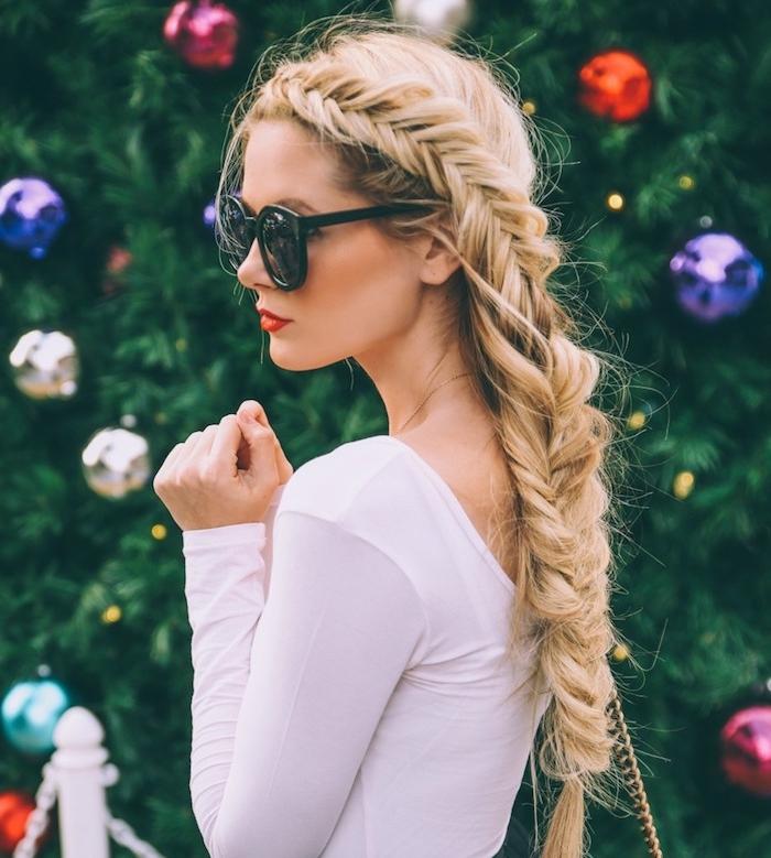 exemple de longue tresse épi de blé sur le coté, top femme blanc, lunettes de soleil, coiffure noel femme