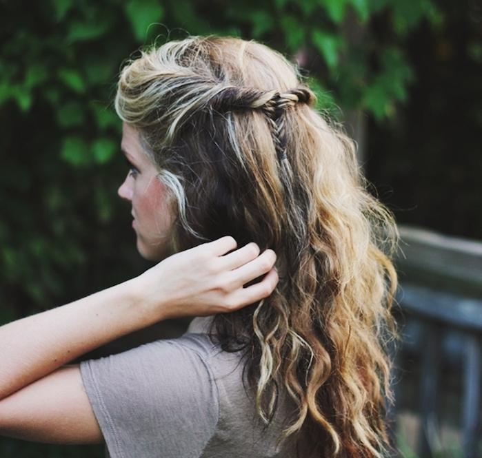 idée de coiffure femme boheme chic, petite tresse en épi de blé derrière la tête sur de longs cheveux ondulés