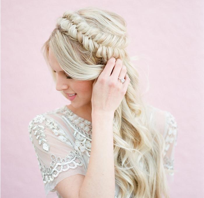 coiffure de mariée élégante en tresse sur le coté en épi de blé et cheveux lachés et ondulés, robe de mariée simple