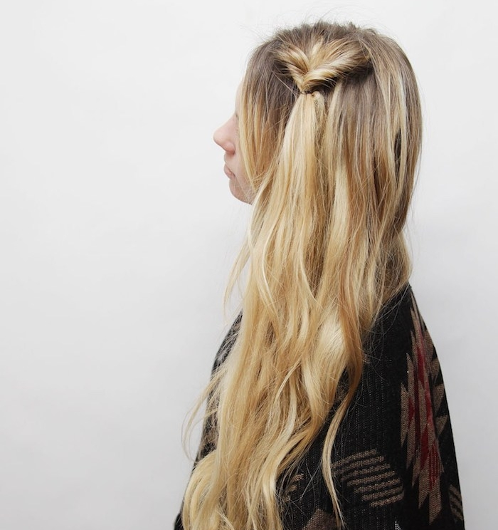 exemple de tresse inversée sur de longs cheveux blond, top femme à motifs aztèque, coiffure simple et rapide