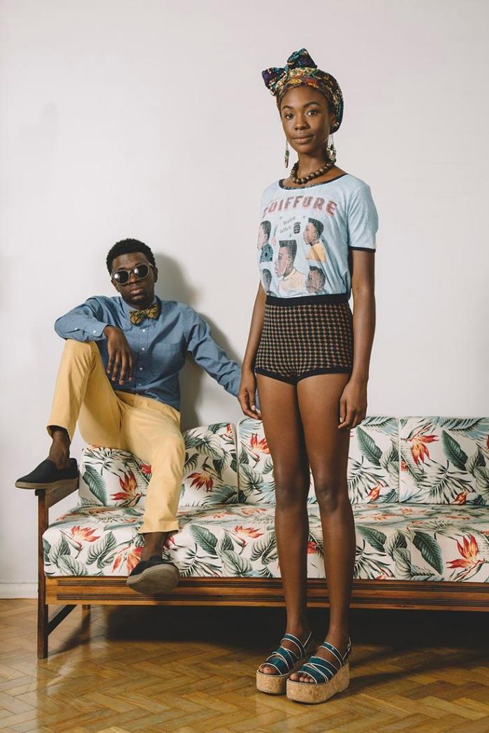 tenue de style africain pour femme et homme, pantalon jaune combiné avec chemise bleu, exemple blouse à motifs africains