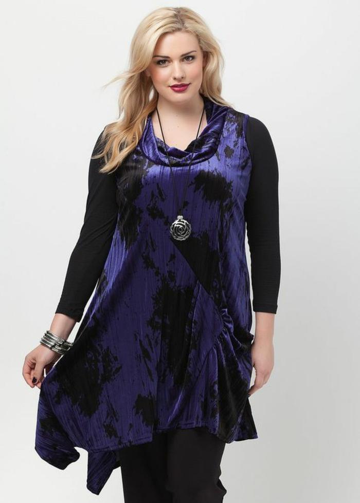 s habiller classe avec une tunique asymétrique en violet et noir sans manches, body noir en dessous, collier long fantaisie, pantalon noir droit