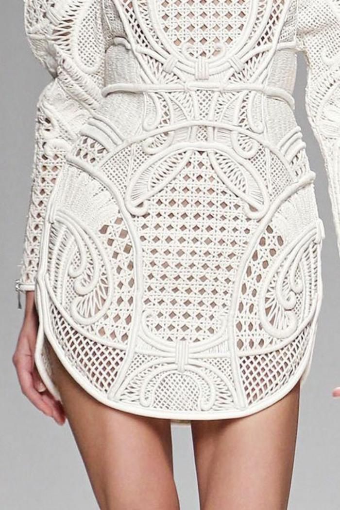 tunique mini avec des effets ajourés, motifs arabesques et floraux, thème chic et choc, manches longues, blanc virginal