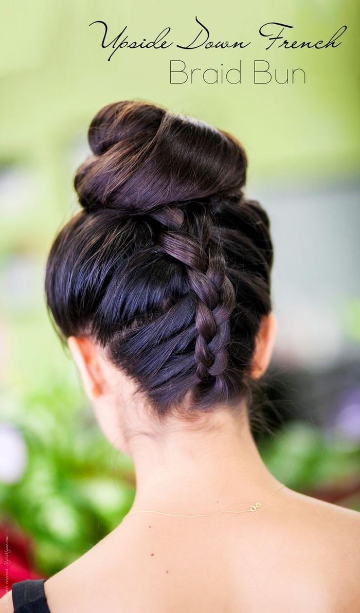 tuto chignon bun haut sublimée par une tresse inversée, idée pour une coiffure élégante réalisée en peu de temps