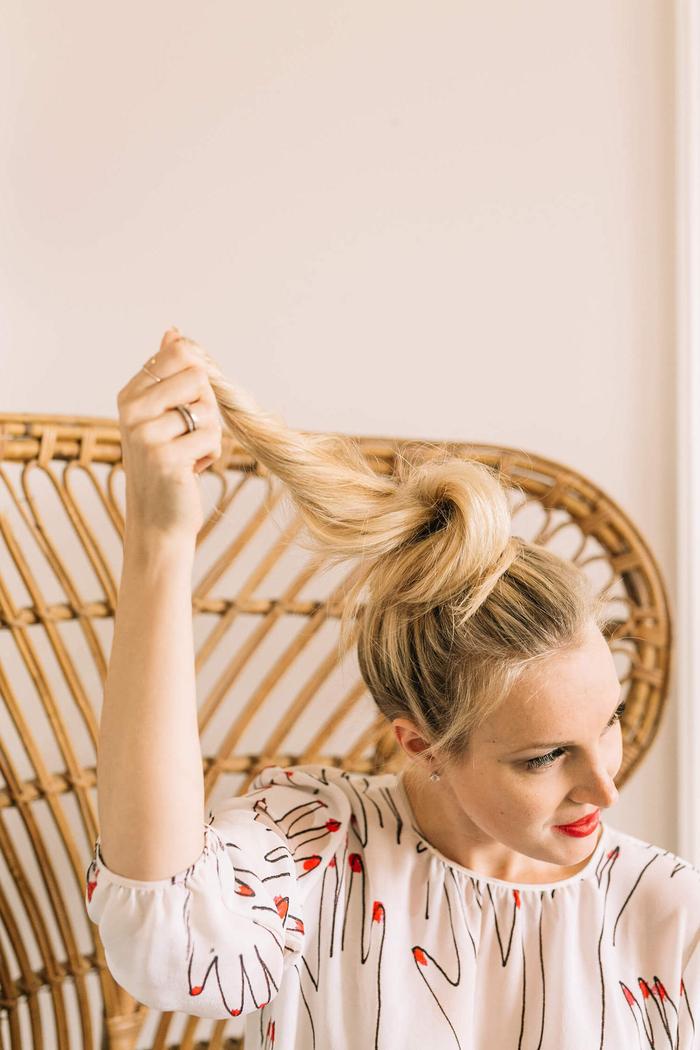 comment réaliser un chignon bun parfait sur cheveux longs à partir d'une queue-de-cheval haute
