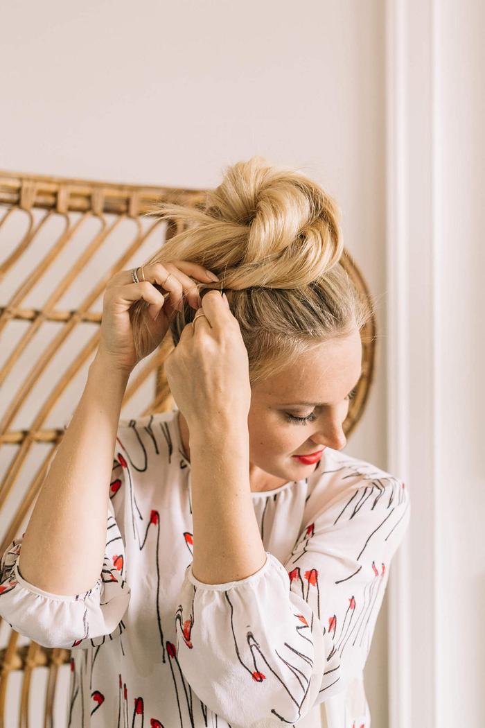 tuto chignon bun parfait réalisé en peu de temps, cheveux longs blond rassemblés en chignon haut volumineux
