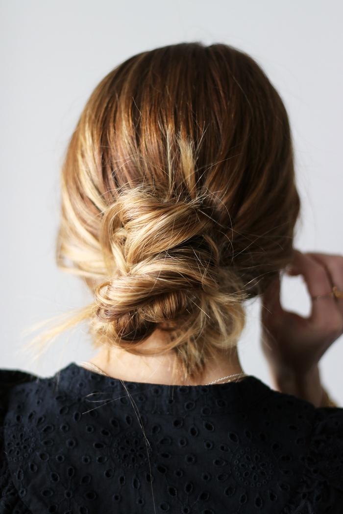 jolie coiffure noeud effet coiffé-décoiffé avec chignon messy bas de nuque réalisé sur des cheveux longs