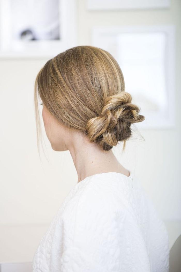 une coiffure facile et rapide réalisée à partir d'une queue-de-cheval basse séparée en mèches façonnées en chignon romantique