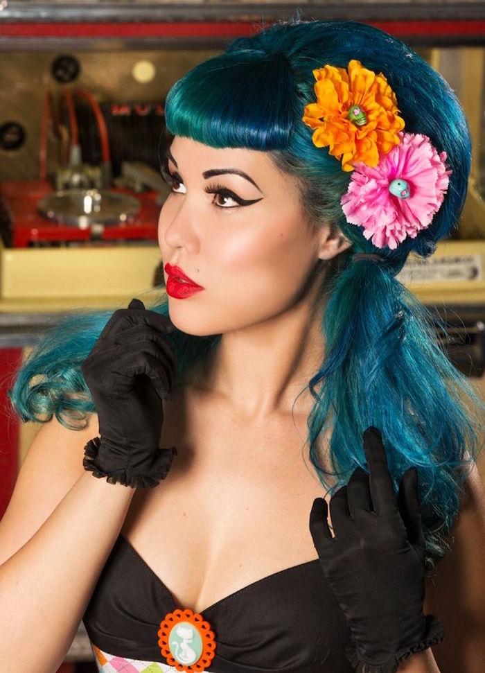 coupe de cheveux rock année 50 style pin up cabaret vintage frange roulée femme