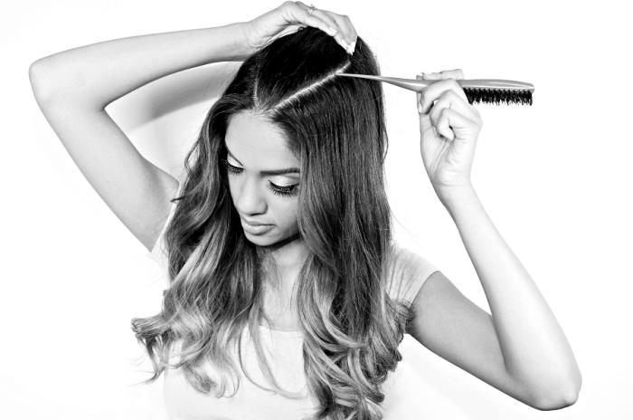 coiffure femme, étape à suivre pour faire la coiffure d'Ariana Grande, comment réaliser une demi queue de cheval haute