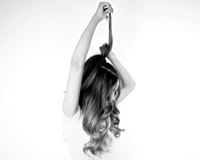 modele coiffure femme, tutoriel pour cheveux longs et bouclés attachés en demie queue de cheval haute