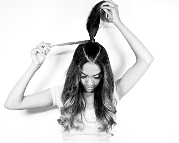 coiffure facile, comment enrouler une mèche autour de sa demi queue de cheval pour faire la coiffure d'Ariana Grande