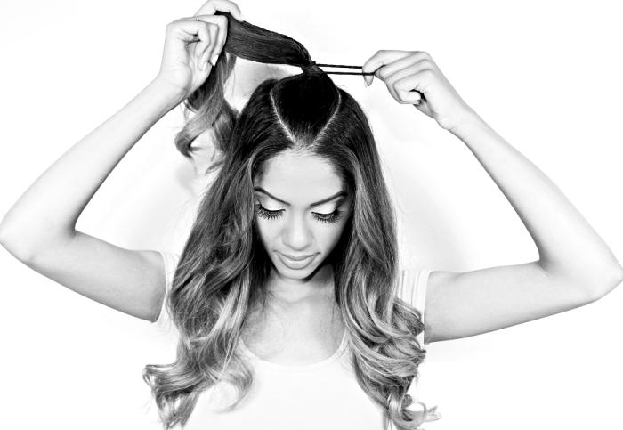 tendance coiffure, étape à suivre pour réaliser la coiffure en demi queue de cheval haute d'Ariana Grande