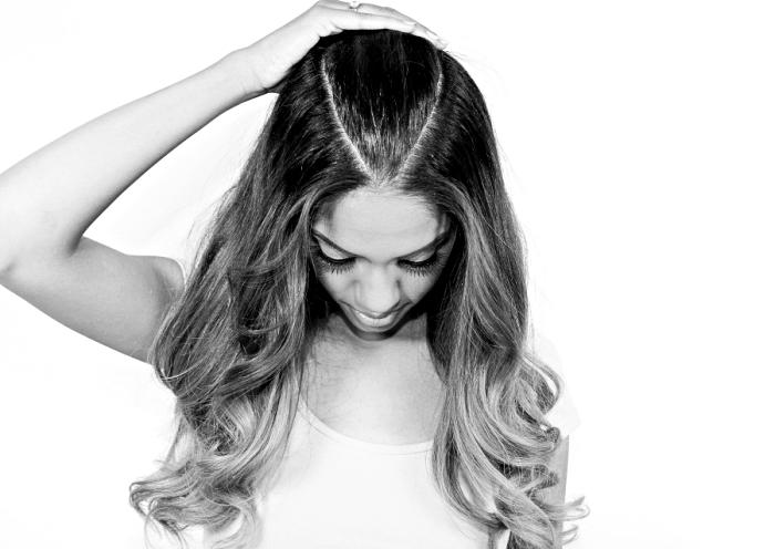 modele de coiffure, apprendre à diviser les cheveux en trois sections pour faire une demi queue de cheval avec boucles